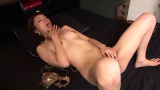 Japanese cutie gives her bush a good fingering